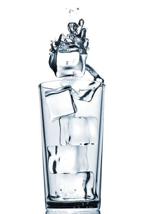 Water conservation in ice machines - Ice cubes in a glass